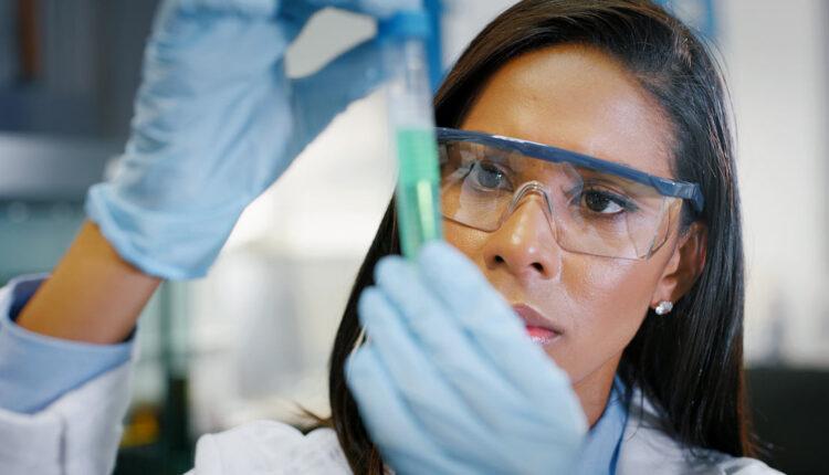 2021_09_20_23_02_4937_scientist_lab_woman_tube_social.jpg
